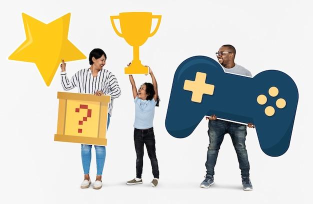 Heureuse famille gagnants d'un défi de jeu vidéo