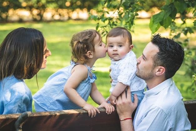 Heureuse famille hispanique s'amuser ensemble à l'extérieur