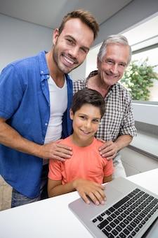 Heureuse famille interagissant à l'aide d'un ordinateur portable