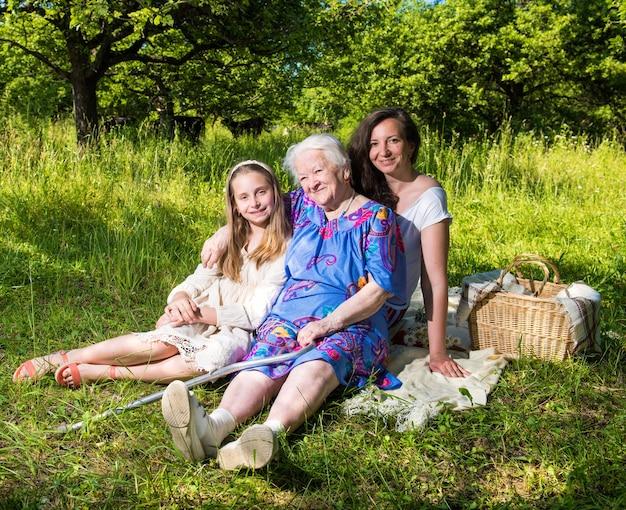 Heureuse famille joyeuse se reposant dans le parc