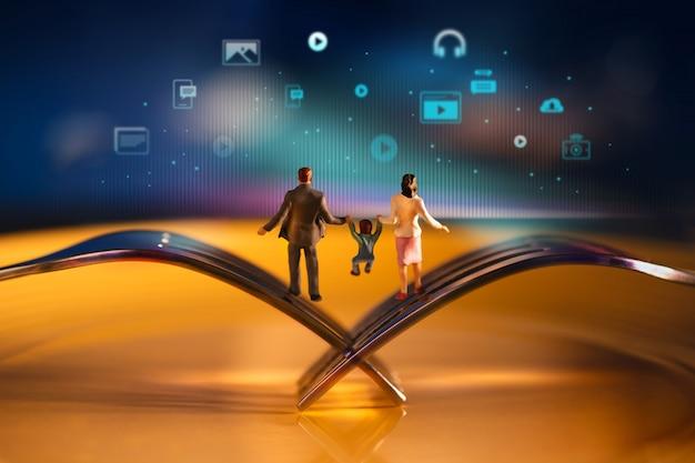 Heureuse famille moderne. miniature du père, de la mère et du fils, équilibrant le corps sur la fourche.