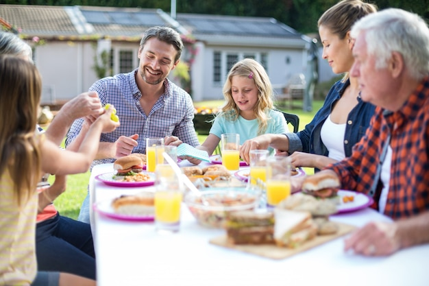 Heureuse famille multi-générationnelle mangeant à la table