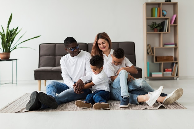 Heureuse famille multiculturelle s'amuser ensemble à la maison