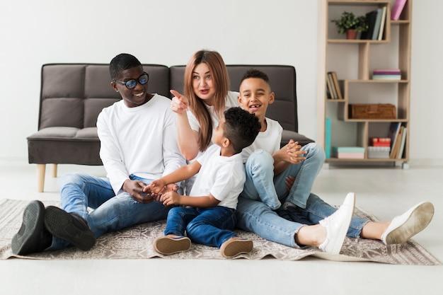 Heureuse famille multiculturelle s'amuser ensemble