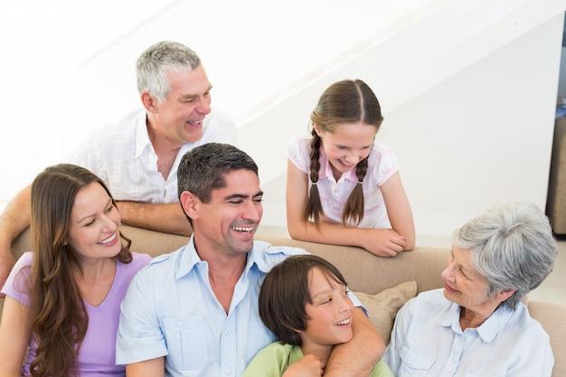 Heureuse famille multigénérationnelle