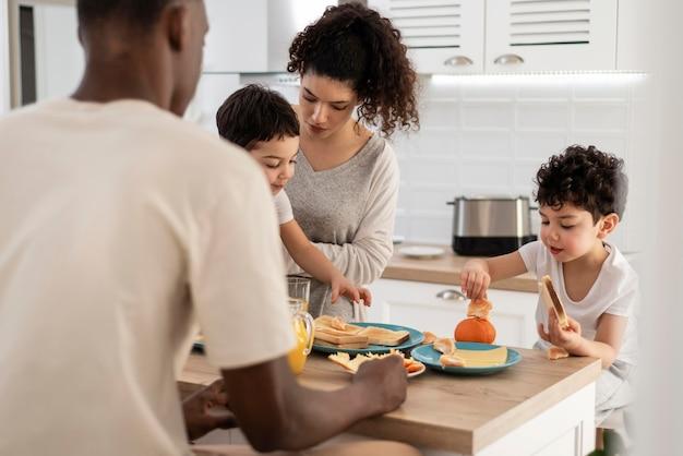Heureuse famille noire appréciant le petit déjeuner ensemble