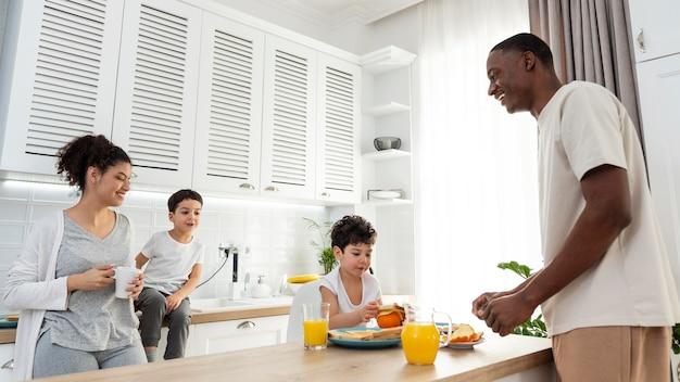 Heureuse famille noire prenant son petit déjeuner