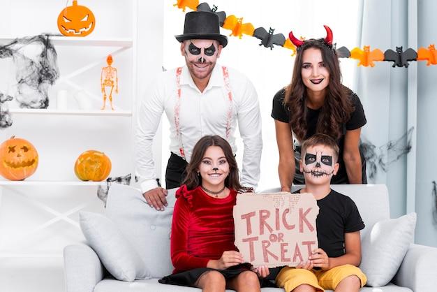 Heureuse famille prête pour halloween