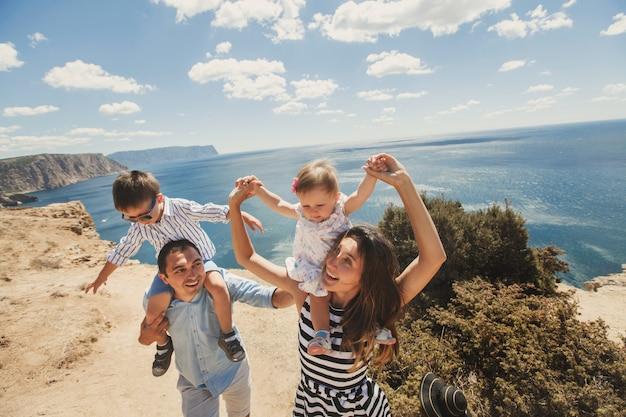Heureuse famille de quatre personnes célébrant la vie