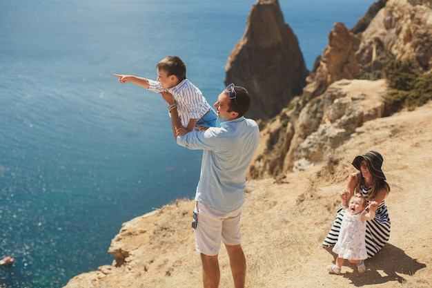 Heureuse famille de quatre personnes marchant dans les montagnes. concept de famille. voyage en famille.