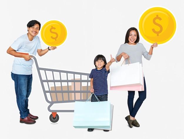 Heureuse famille tenant des icônes commerçantes