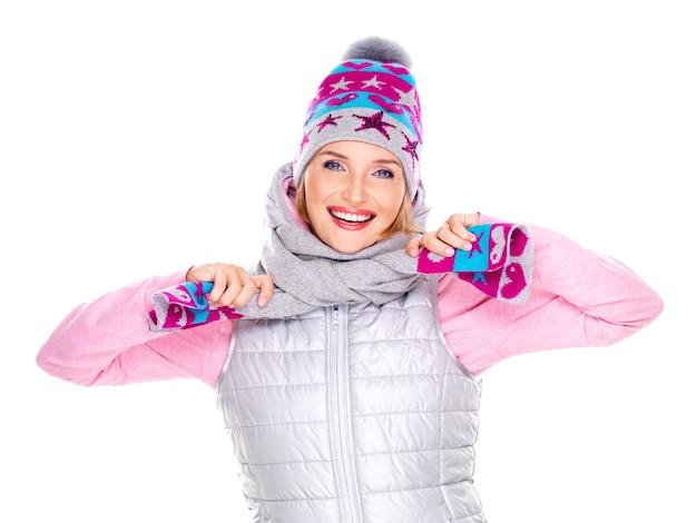 Heureuse femme adulte en vêtements d'hiver avec des émotions positives lumineuses isolé sur blanc