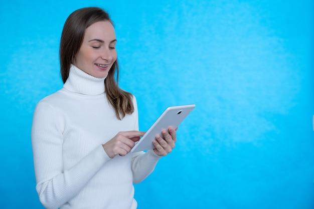 Heureuse femme d'affaires à l'aide de tablette