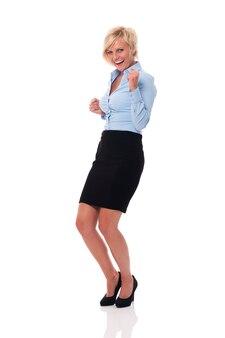 Heureuse femme d'affaires célébrant le succès