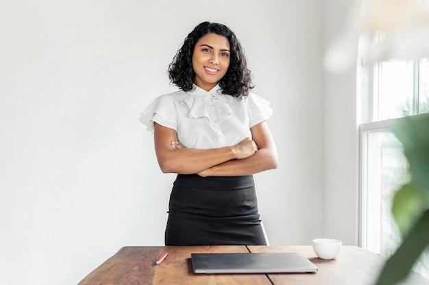 Heureuse femme d'affaires lors d'une réunion