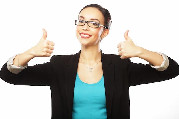 Heureuse femme d'affaires montrant le pouce vers le haut sur blanc