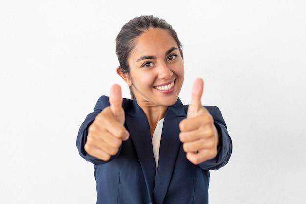 Heureuse femme d'affaires montrant les pouces vers le haut