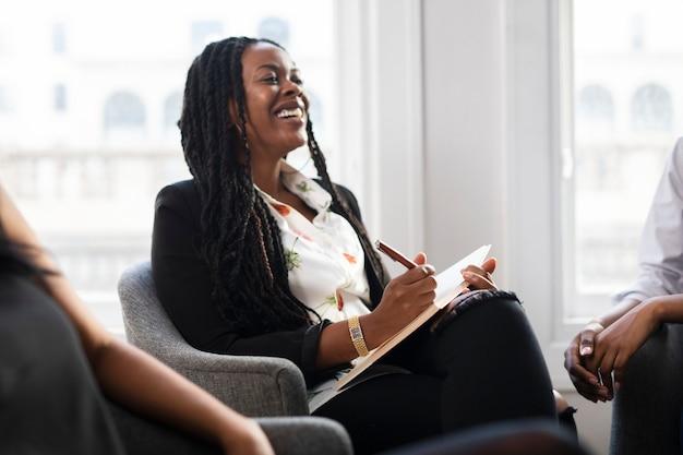 Heureuse femme d'affaires noire lors d'une réunion
