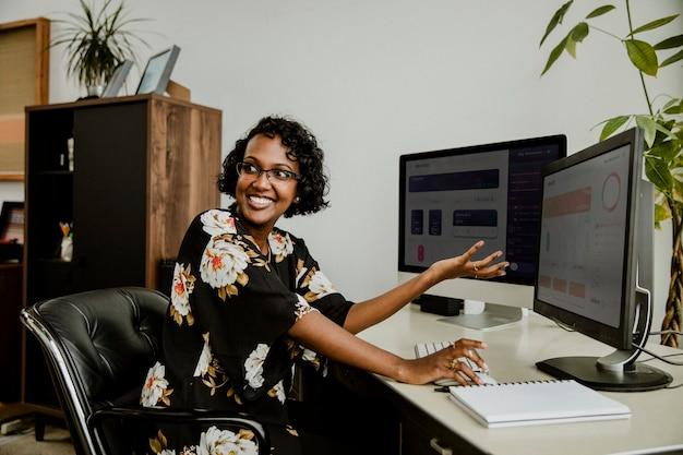 Heureuse femme d'affaires noire travaillant au bureau