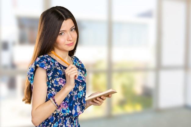 Heureuse femme d'affaires prenant des notes