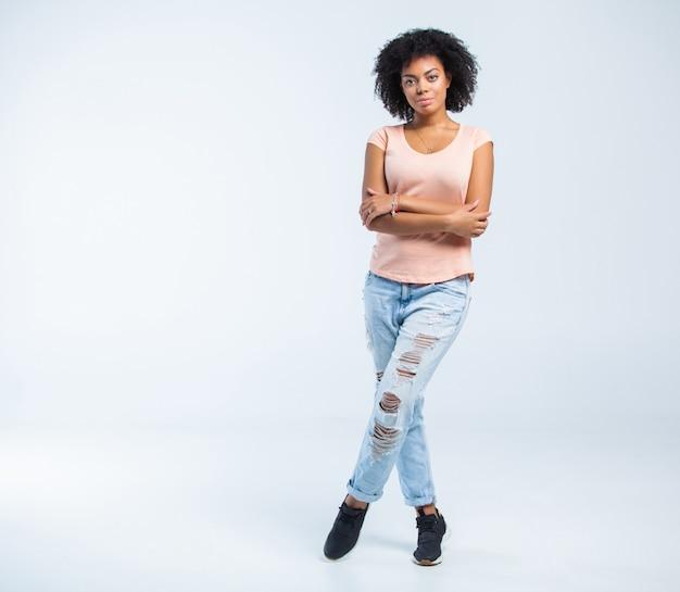 Heureuse femme afro-américaine isolée sur blanc.