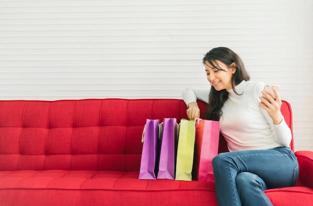 Heureuse femme aime faire du shopping en ligne
