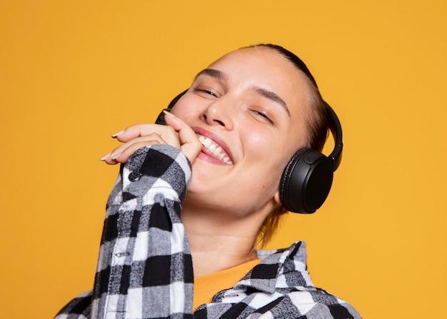 Heureuse femme appréciant la musique sur les écouteurs
