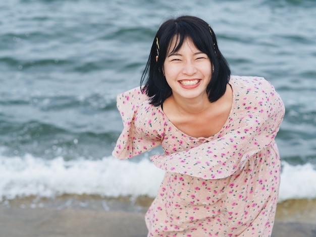 Heureuse femme asiatique au bord de la mer.