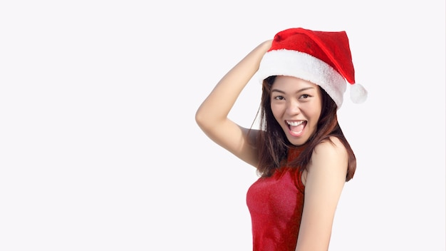 Heureuse femme asiatique avec bonnet de noel pour joyeux noël et bonne année fête sur blanc isolé