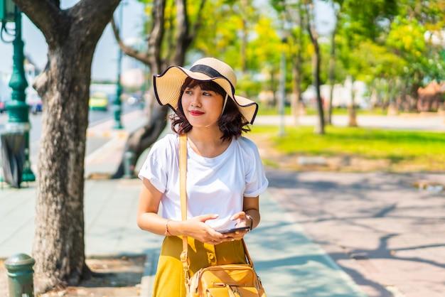 Heureuse femme asiatique à l'extérieur par une journée ensoleillée