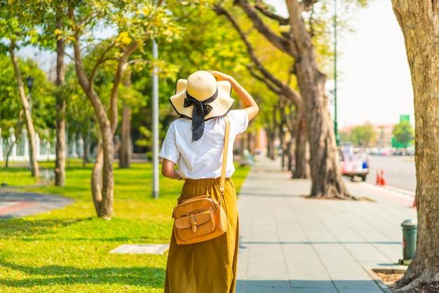 Heureuse femme asiatique marchant dans la rue