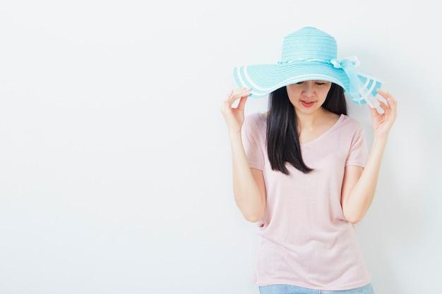 Heureuse femme asiatique portant la mode estivale