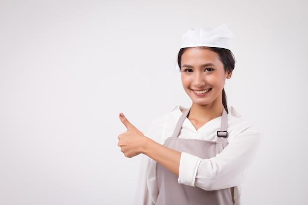 Heureuse femme asiatique souriante pointant du doigt acceptant le pouce vers le haut travailleur domestique pointant le pouce vers le haut