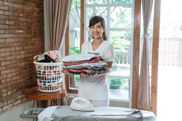 Heureuse femme asiatique souriante portant des vêtements