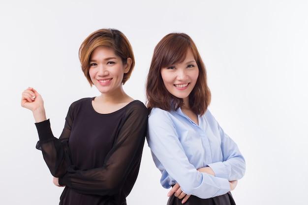 Heureuse femme asiatique souriante vous regarde