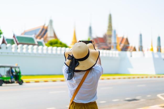 Heureuse femme asiatique voyage en thaïlande