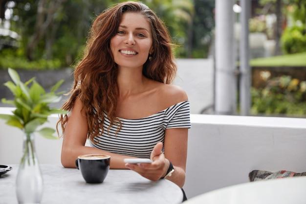Heureuse femme assise sur un café