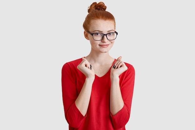Heureuse femme aux cheveux rouges avec noeud de cheveux