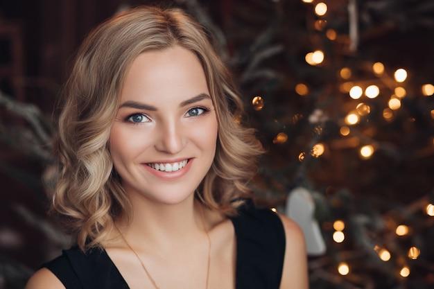 Heureuse femme blonde, profitant de l'heure d'hiver
