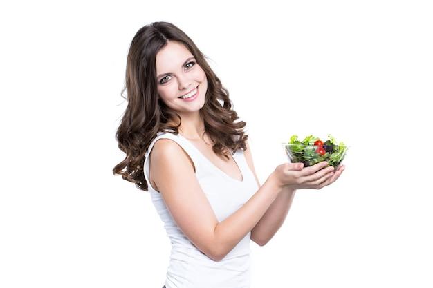 Heureuse femme en bonne santé avec salade isolée. mode de vie sain.