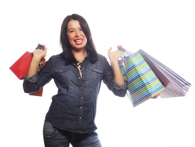 Heureuse femme brune avec des sacs à provisions