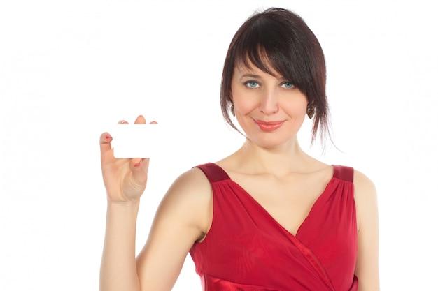 Heureuse femme caucasienne avec carte de visite vierge