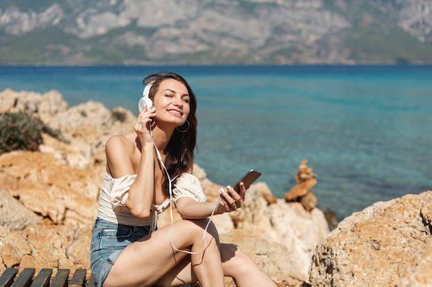 Heureuse femme écoutant de la musique