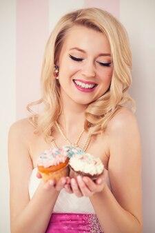 Heureuse femme élégante avec des muffins