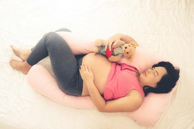 Heureuse femme enceinte et attend bébé.