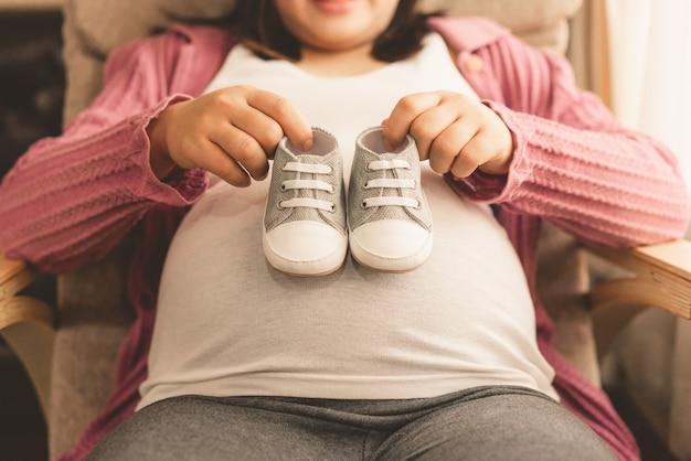 Heureuse femme enceinte et bébé enceinte.