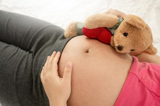 Heureuse femme enceinte et bébé qui attend.