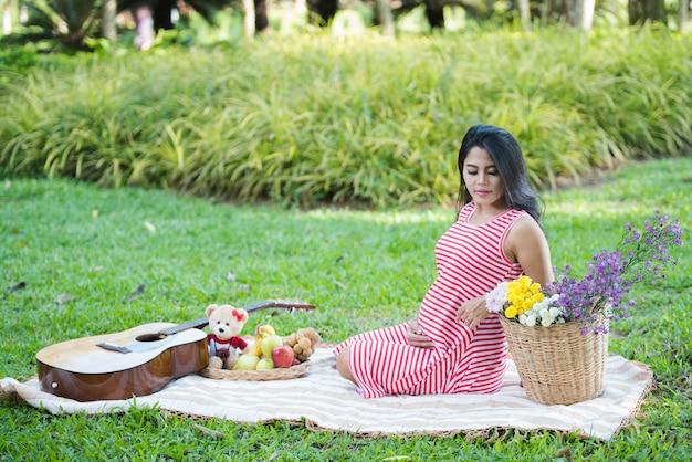 Heureuse femme enceinte dans le parc