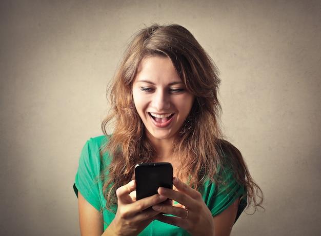 Heureuse femme à envoyer des sms