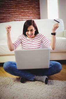 Heureuse femme faisant des achats en ligne
